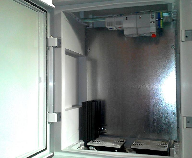 Пластиковый термошкаф с монтажной панелью